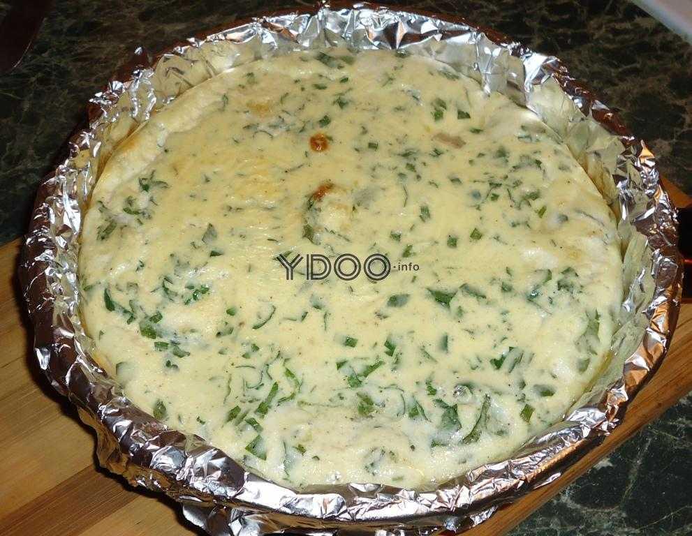 запеченный омлет с зеленью в сковороде на столе