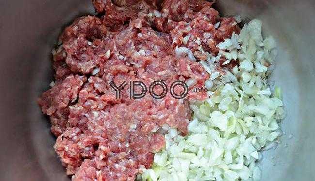 мясной фарш с измельченным репчатым луком в глубокой железной миске