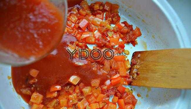 нарезанные помидоры и перцы на сковороде в томатном соке