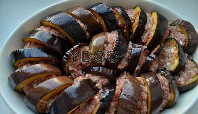 колечки баклажанов с фаршем в форме для запекания на столе