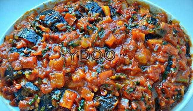 баклажаны с фаршем в форме для запекания с густым овощным соусом сверху