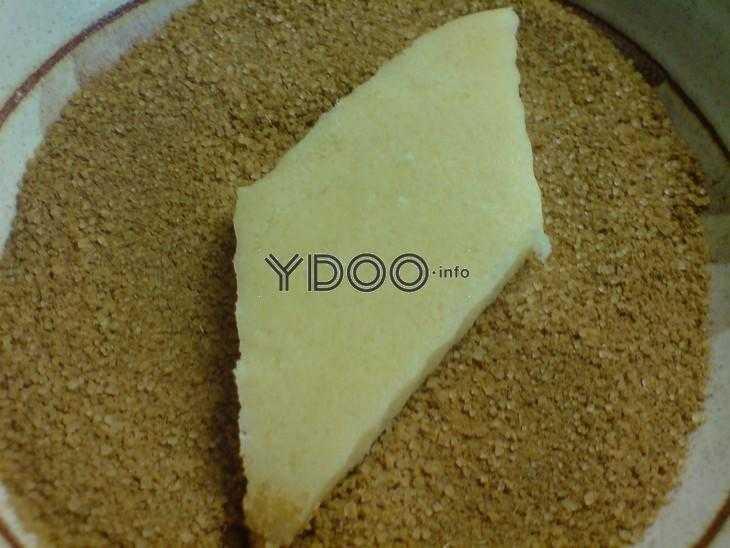смесь тростникового сахара и кардамона в тарелке, поверх нее сырое печенье