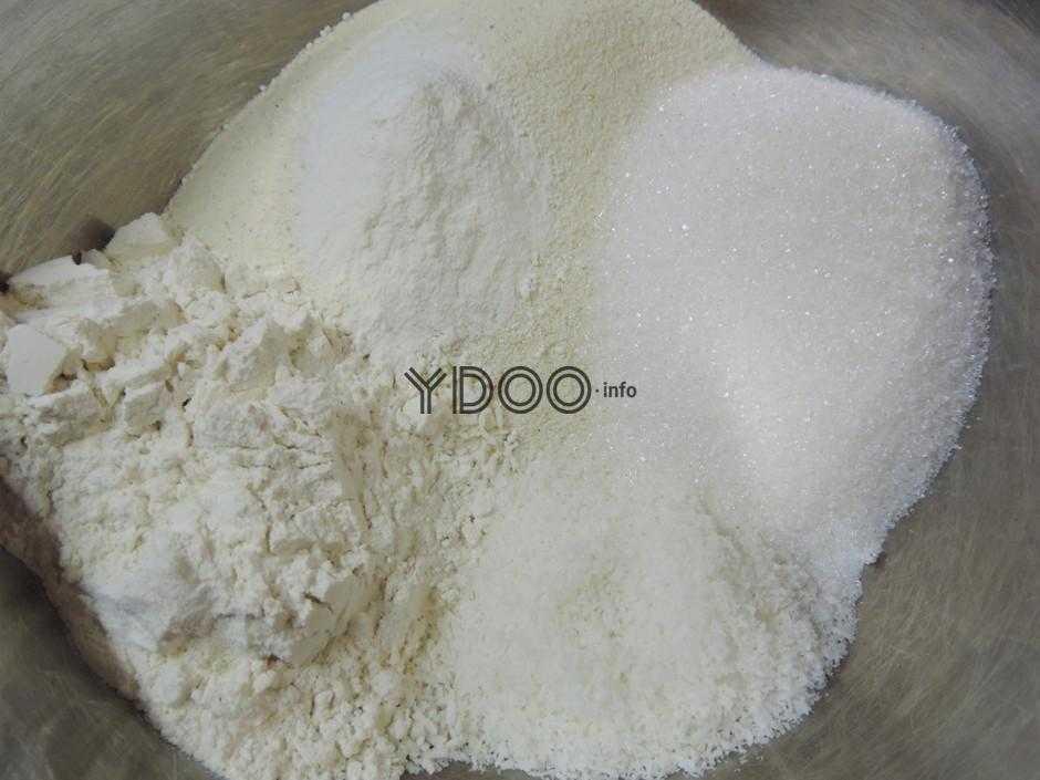 манка, мука, разрыхлитель для теста и сахарный песок в одной глубокой металлической миске