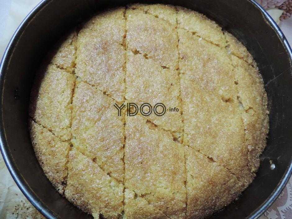 запеченный пирог в форме, разделенный на ромбики