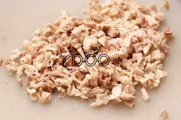 нарезанное мелкими кусочками вареное куриное филе