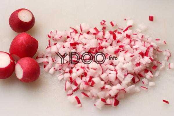 целые плоды редиски и нарезанные кубиками