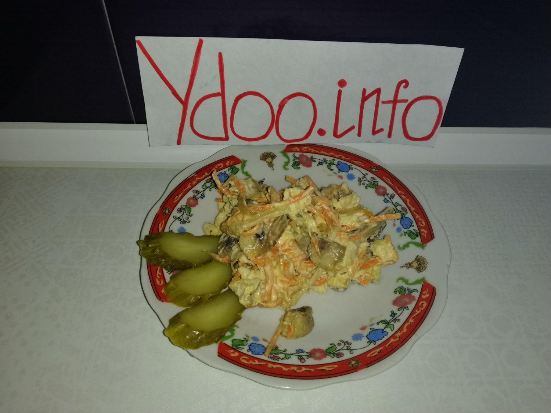 салат Обжорка в тарелке на кухонном столе