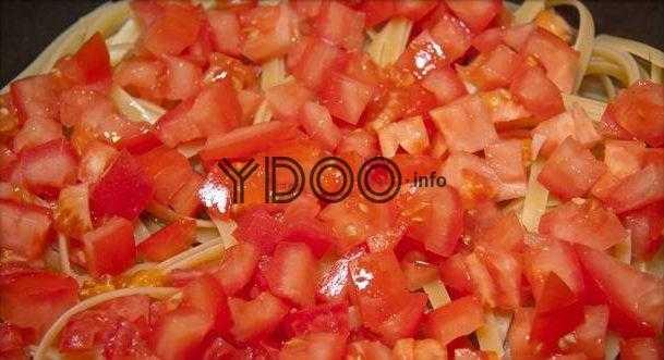 помидоры, нарезанные кубиками, в чугунной сковороде