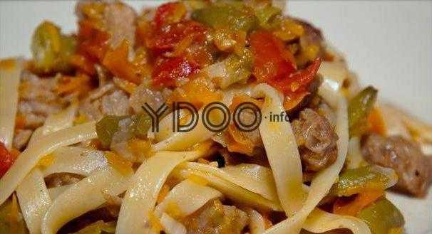 жареный лагман с мясом и овощами по-узбекски в тарелке