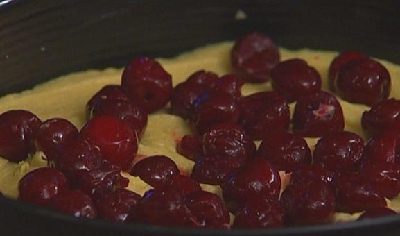 ягоды вишни поверх теста в форме для запекания