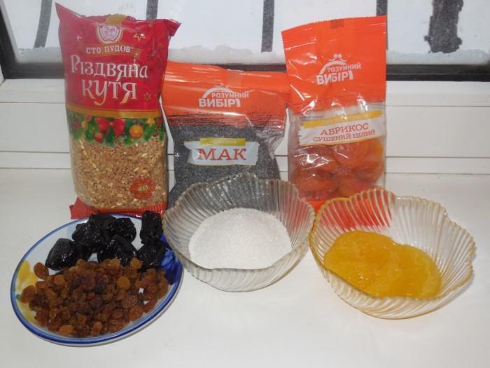 пшеничная крупа, мак и сушеный абрикос в разных пачках, чернослив с изюмом, сахар и мед в разных тарелках на столе