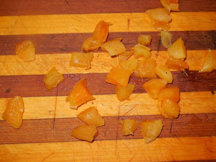 кусочки кураги на полосатой деревянной разделочной доске