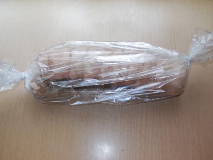 рулет из свиного сала, завернутый в пакет для запекания, на столе