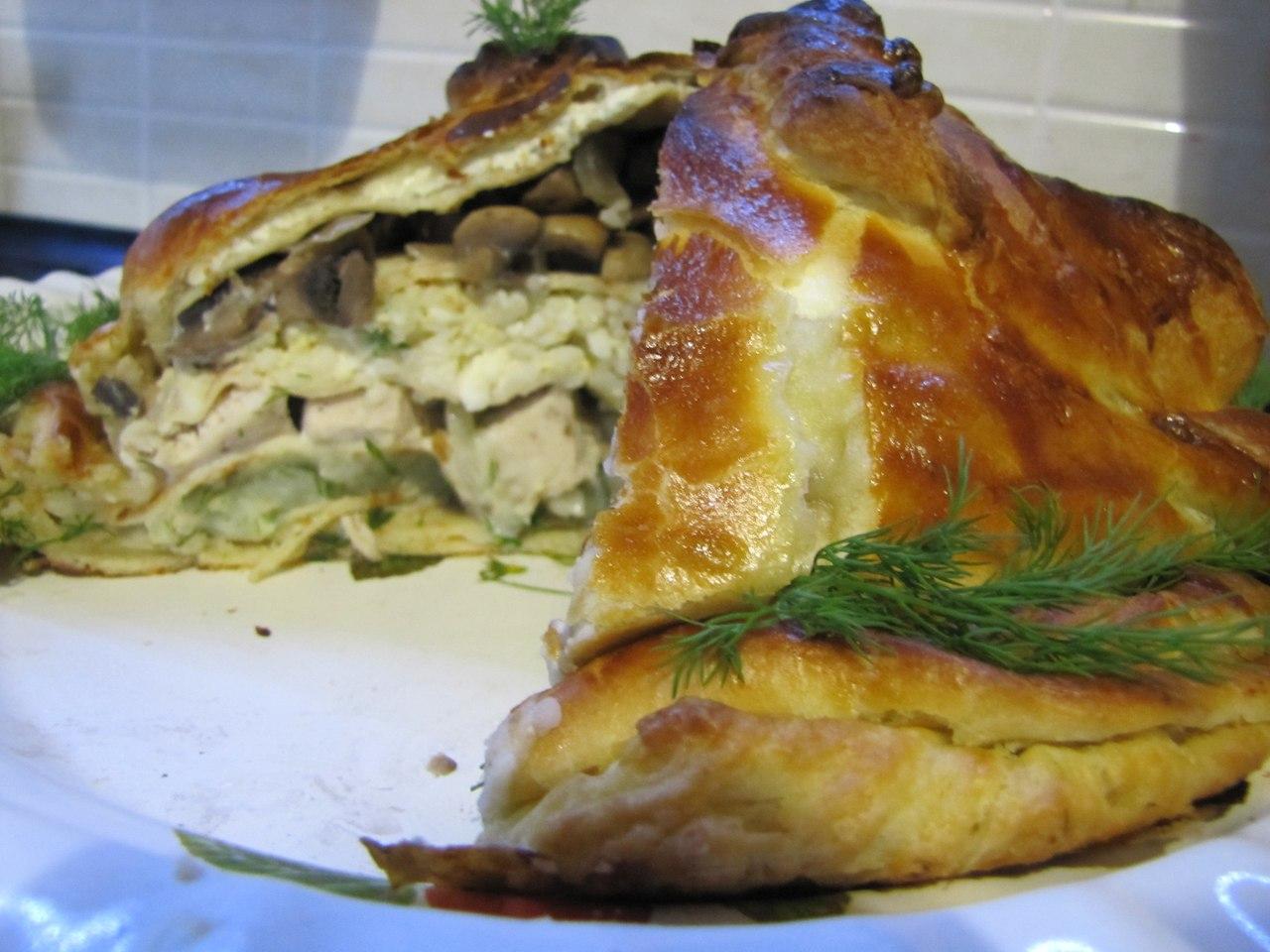 разрезанный курник с грибами, мясом и зеленью