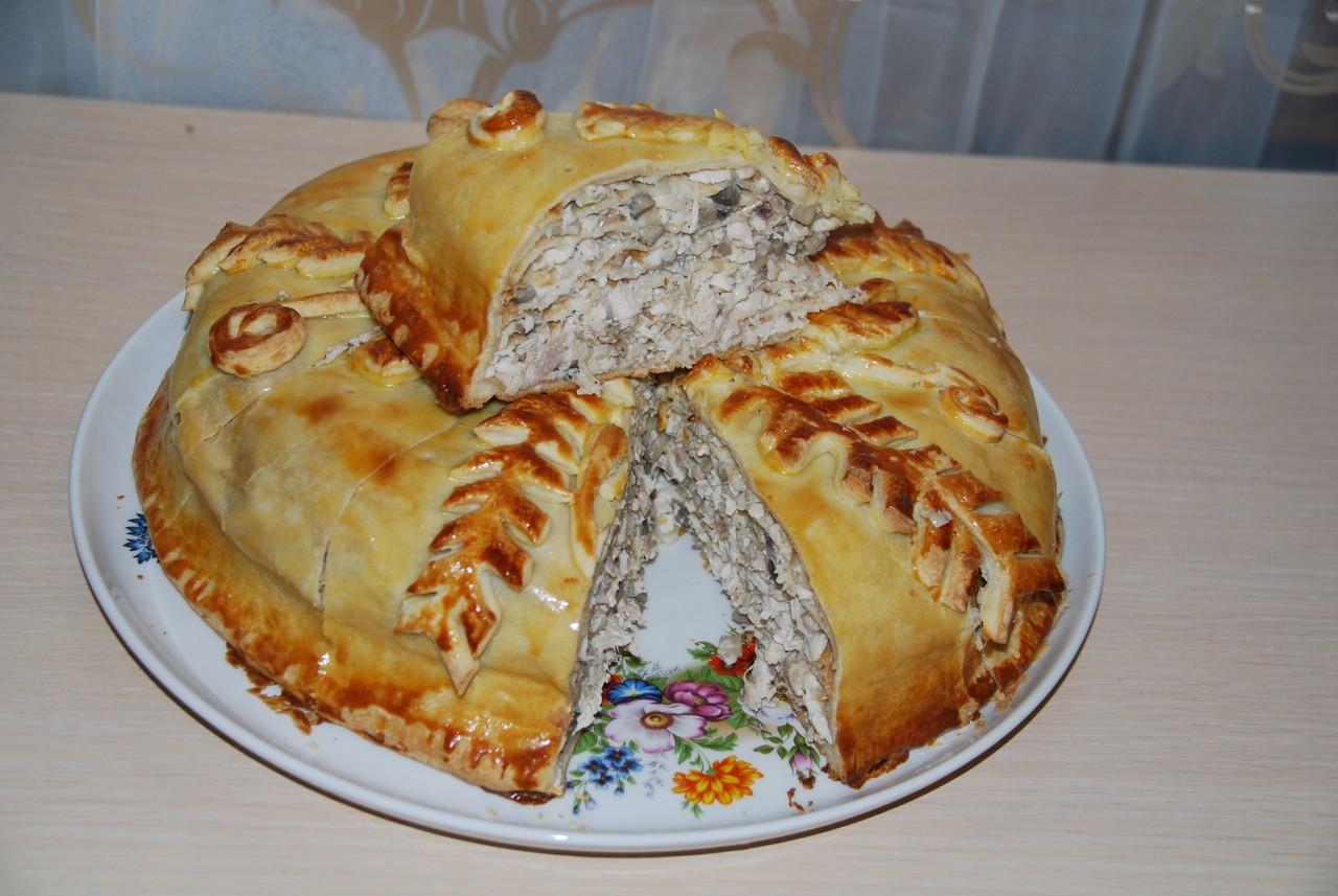 разрезанный мясной курник на тарелке