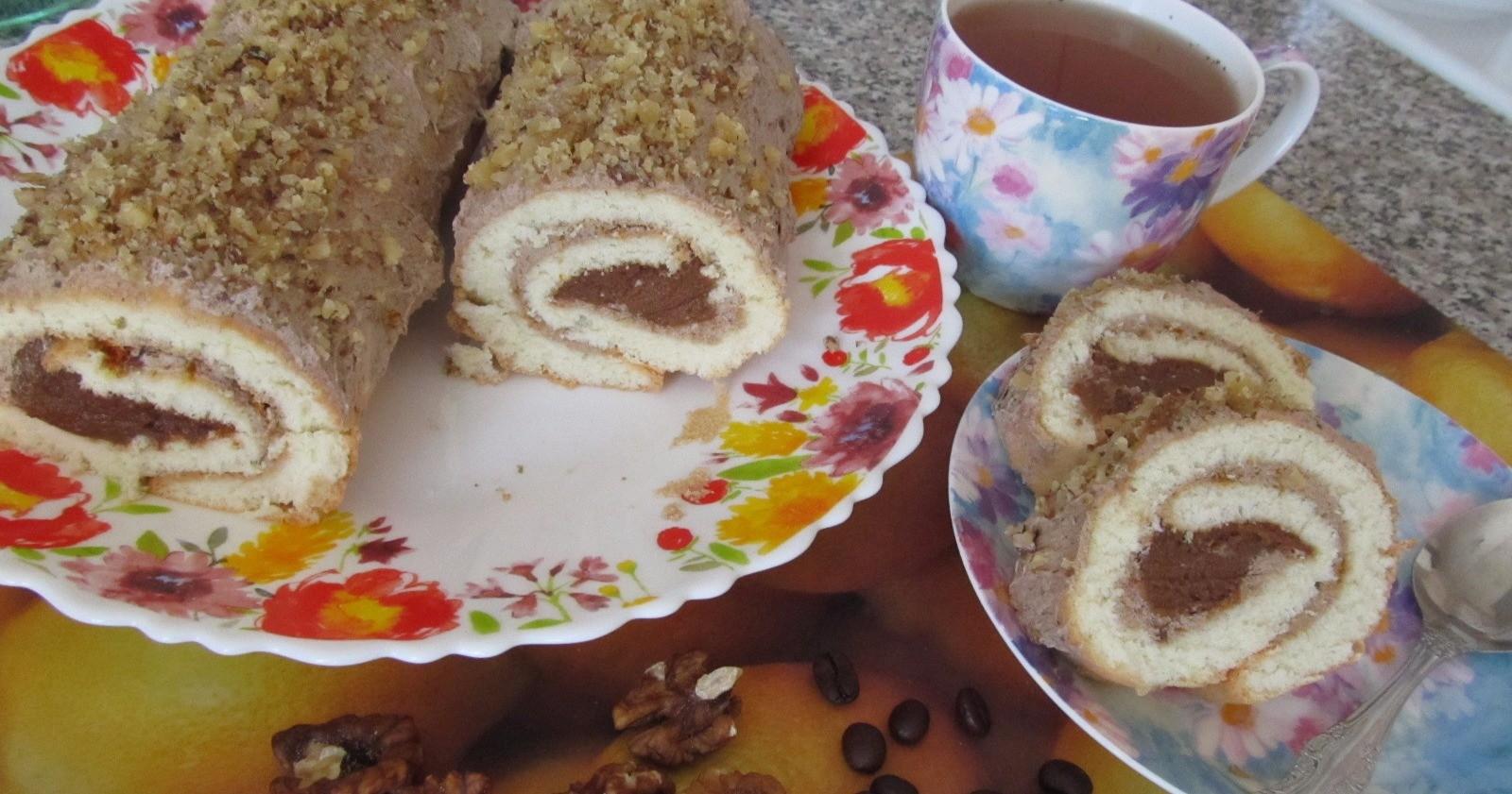 рулет из лаваша с орехами и кремом на тарелке