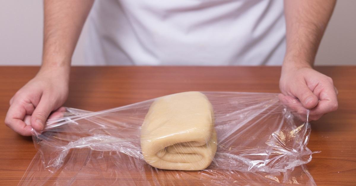 слоеное тесто оборачивается пищевой пленкой