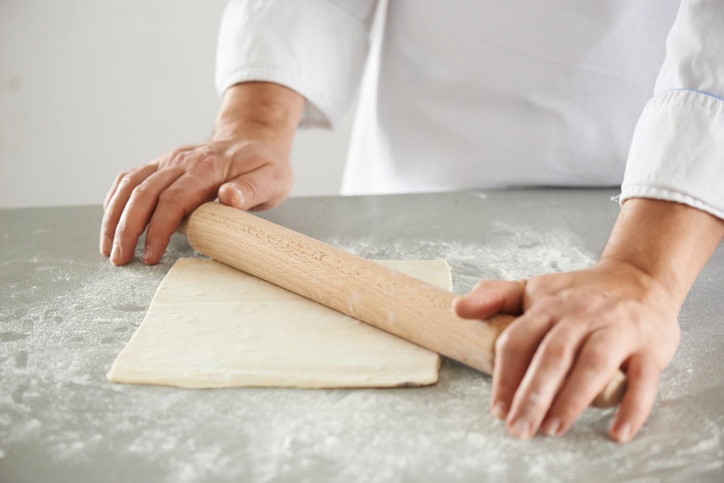 слоеное тесто раскатывается скалкой