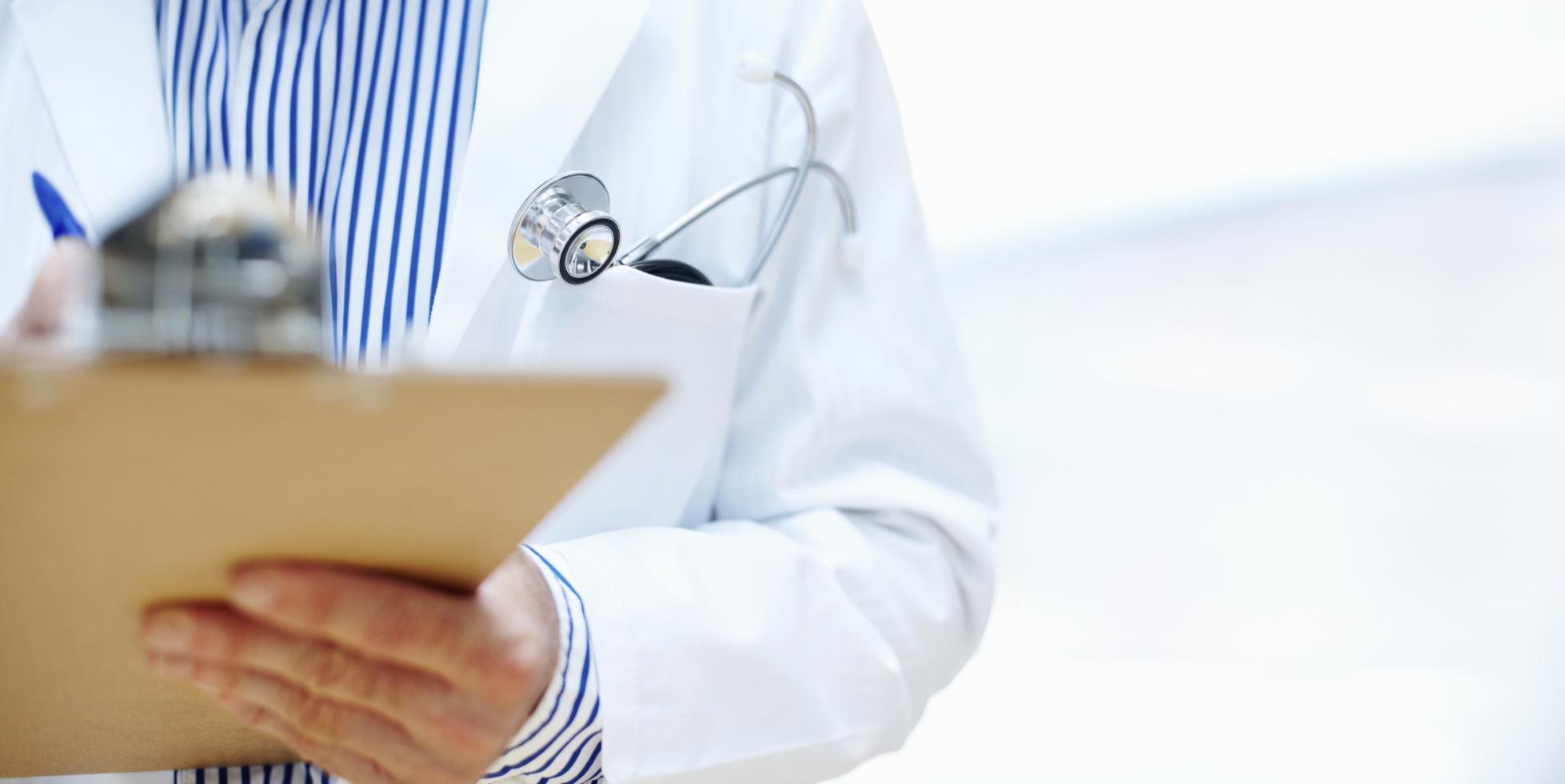 врач заполняет медкарту