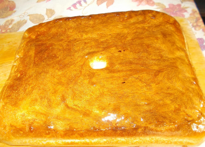 готовый пирог с рыбой на столе