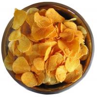 картофельные чипсы в коричневой миске