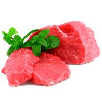 кусочки говядины с зеленью на белом фоне