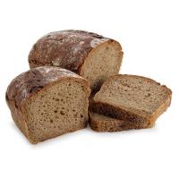 кусочки ржаного хлеба на белом фоне