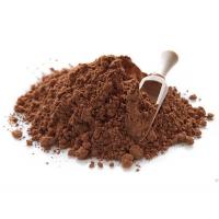 какао-порошок на белом фоне