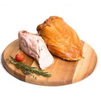 копченая куриная грудинка на деревянной подставке