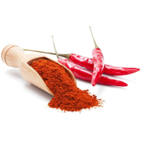 красный молотый перец и стручки перца на белом фоне