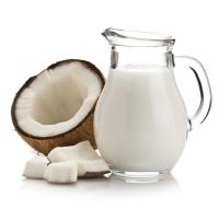 графин с кокосовым молоком на белом фоне