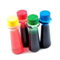 бутылочки пищевого красителя на белом фоне