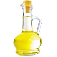 бутылка растительного масла на белом фоне