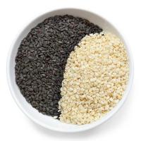 черные и белые семена кунжута в тарелке