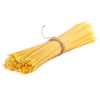 связка спагетти на белом фоне