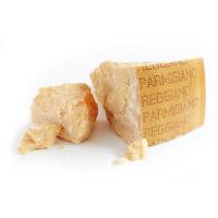фото итальянского сыра пармезан на белом фоне