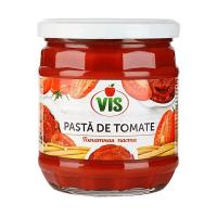 томатная паста в банке на белом фоне