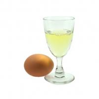 фото яичного белка в рюмке и яйцо