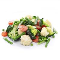 горсть замороженных овощей на белом фоне