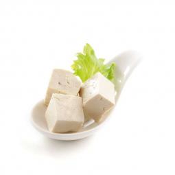 кусочки тофу на ложечке с зеленью