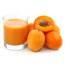 стакан абрикосового сока и абрикосы рядом