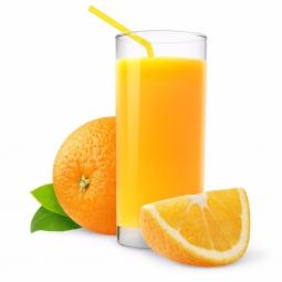 апельсиновый сок в стеклянном стакане с трубочкой, рядом долька апельсина