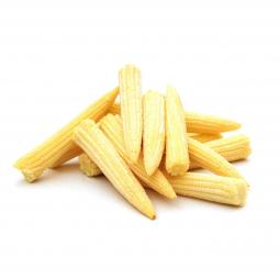 фото бэби-кукурузы на белом фоне, которая лежит кучкой