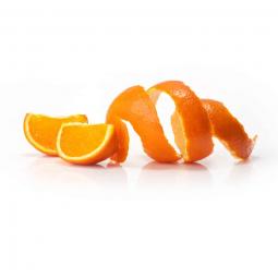 цедра апельсина, закрученная в спираль, рядом лежит две дольки апельсина
