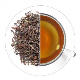 черный листовой чай и чашка заваренного чая