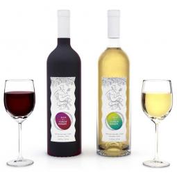 красное и белое десертное вино в бутылках и в бокалах