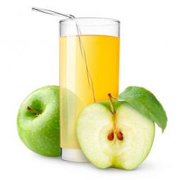 стакан яблочного сока, целое и разрезанное яблоко рядом