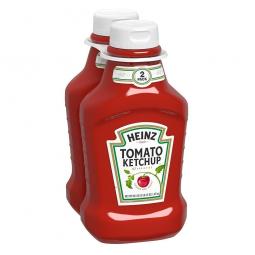 кетчуп в бутылках на белом фоне