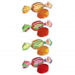 конфеты леденцы лежат в ряд на белом фоне