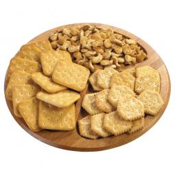 круглая деревянная доска с крекерами